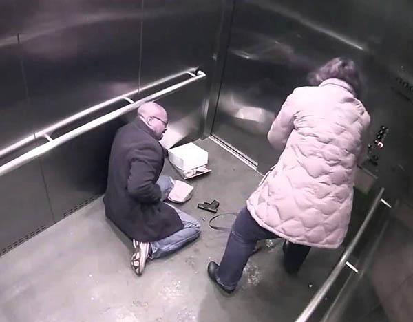 злочин у ліфті зняті на камеру