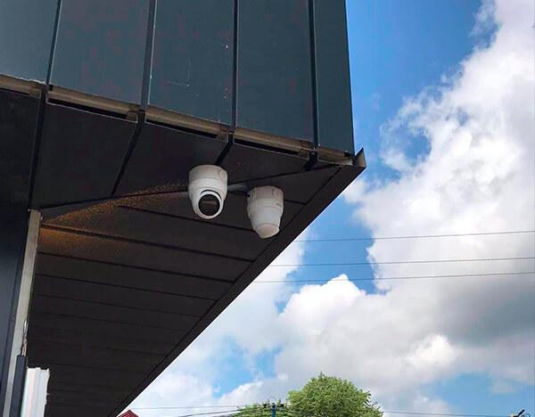 монтаж зовнішніх камер на магазині