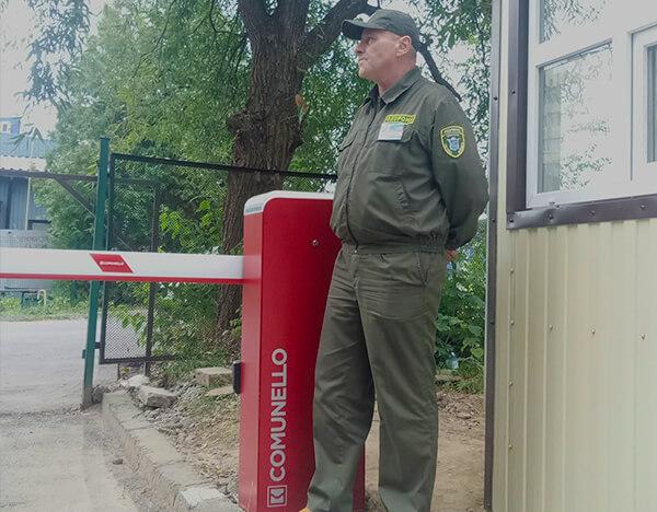 охоронник контролює проїзд на територію